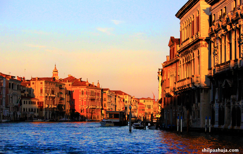 shopping_in_venice_travel_guide_traveling_traveler_tourism_europe_best_grand_canal_evening_night_view_sunset_1