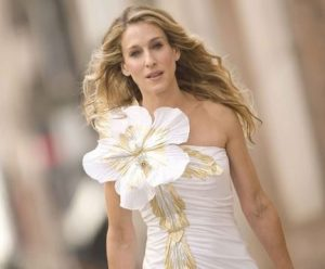 sex_and_the_city_carrie_bradshaw_fashion_style_satc_relatable_big_flower_pin_romantic_aww_girl_love_hollywood_movie_car_guy_flick_chick_flick