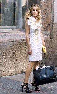 most_iconic_hollywood_white_dress_movie_actress_carrie_bradshaw_sex_and_the_city_sarah_jessica_parker_flower_gold