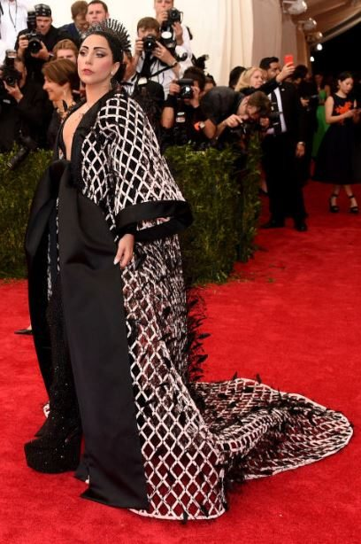 2015_met_gala_gown_dress_outfit_lady_gaga_black_white_fat_crown
