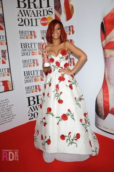 rihanna_oscar_de_la_renta_gown_brit_awards-2011_white_strapless_floor_length_red_rose_applique