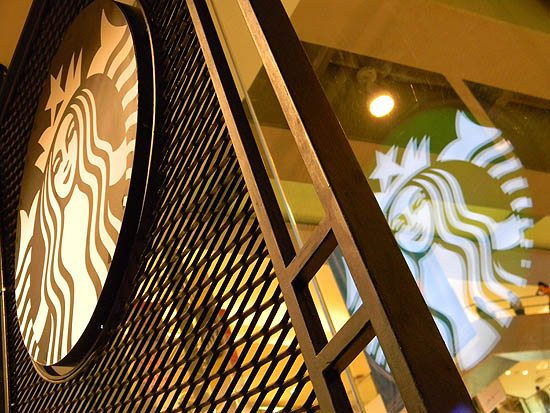 starbucks_logo_reflected_in_glass_shilpa_vs_ccd_bombay_mumbai