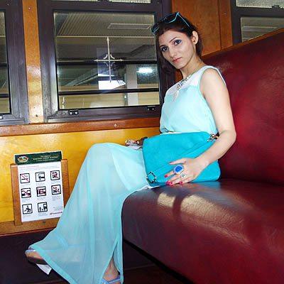 shilpa_ahuja_look_mint_green_dress_maxi_slit_belt_train_australia_kuranda_railway_big_ring_turquoise_bag
