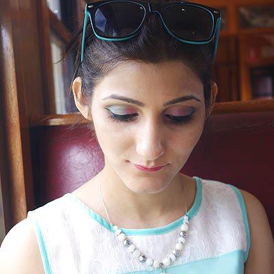 shilpa_ahuja_look_mint_green_dress_maxi_slit_belt_train_australia_kuranda_railway_makeup_eyeshadow_blue