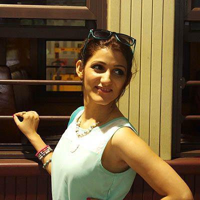 shilpa_ahuja_look_mint_green_dress_maxi_slit_belt_train_australia_kuranda_railway_retro_sunglasses_2