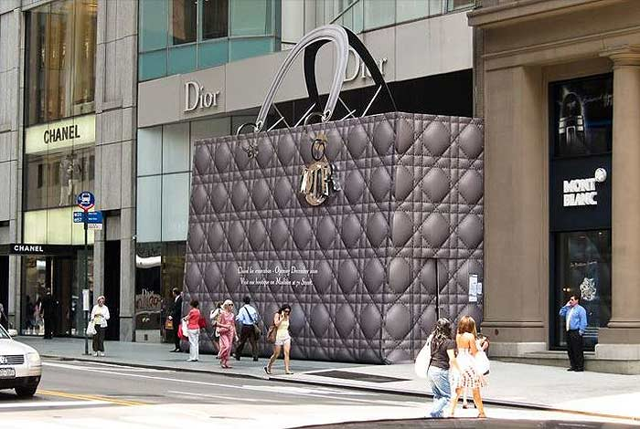 dior_purse_purse_handbag_bag_sculpture_new_york_city_hoarding_giant_scaffolding_construction_fashion_luxury