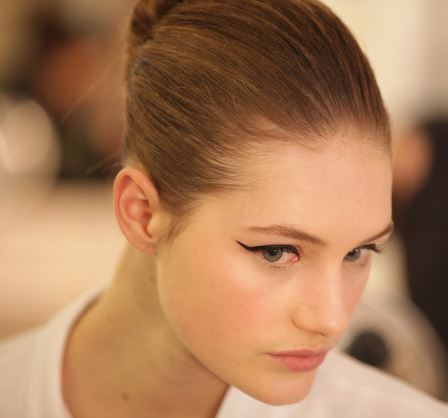 eyeliner_makeup_latest_trends_fall_winter_2015_2016_oscar_de_la_renta_cat_wing_black