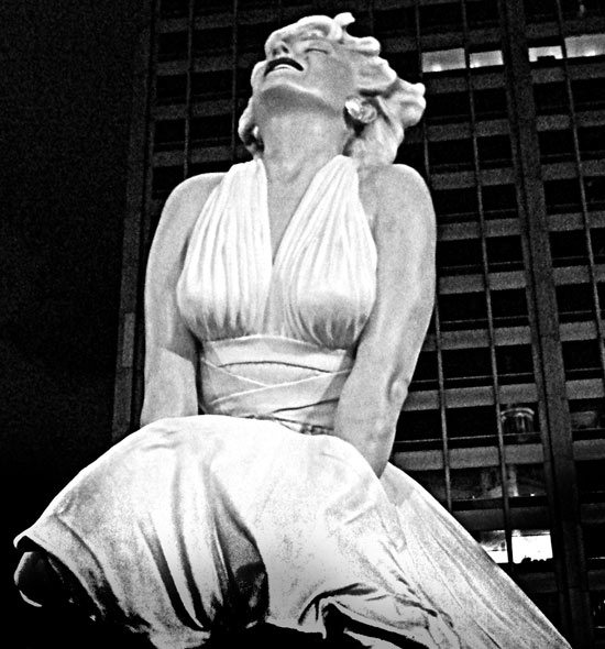 forever_marilyn_monroe_statue_sculpture_chicago_tribune_magnificent_mile_white_dress_night