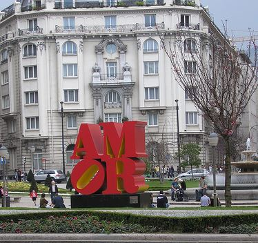 love_amor_public_art_sculpture_milan_italy_europe_red_symbol