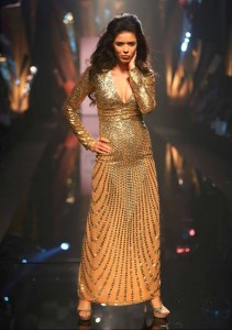 Abu_Jani_Sandeep_Khosla_ LFW_ 2015_lakme_fashion_week_winter_festive_shimmer_gold_gown_sequinned