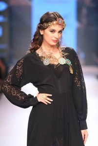 eyelyn_sharma_showstopper_vasundhara_2015_collection_lakme_fashion_week_jewelry_necklace