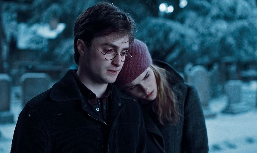 hermione_harry_potter_sad_christmas_deathly_hallows_parents_night_scene