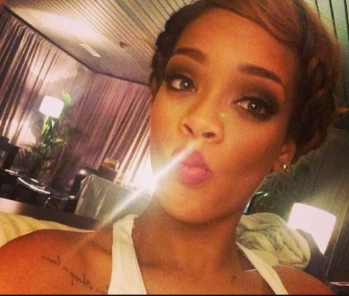 how_to_take_a_good_selfie_tips_best_celebrity_rihanna_avoid_bad_lighting_background