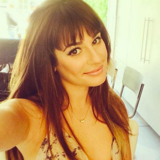 how_to_take_a_good_selfie_tips_best_celebrity_rihanna_smile_lea_michele