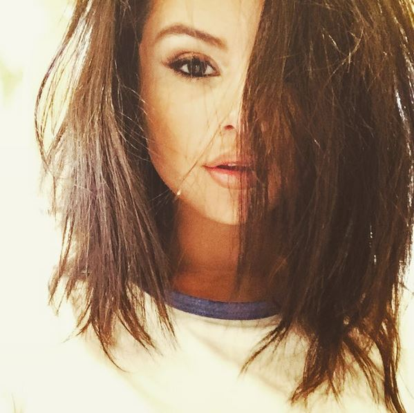 how_to_take_a_good_selfie_tips_best_celebrity_selena_gomez_bedhead