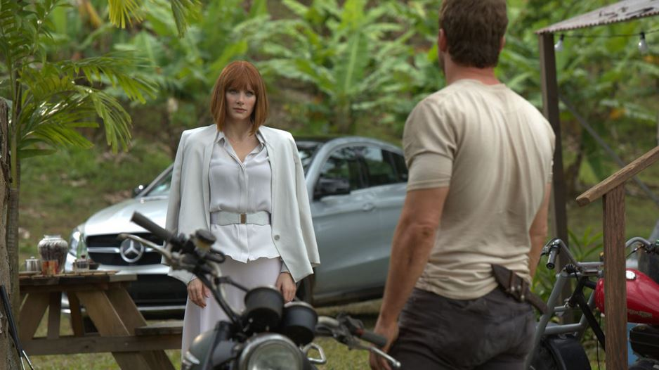 jurassic_world_actress_girl_guy_talking_white_suit_power