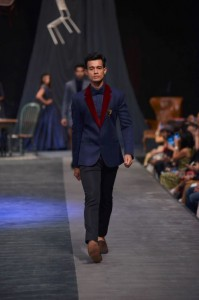 manish_malhotra_lakme_fashion_week_2015_winter_navy_suit_maroon_velvet_lapel_collar_menswear