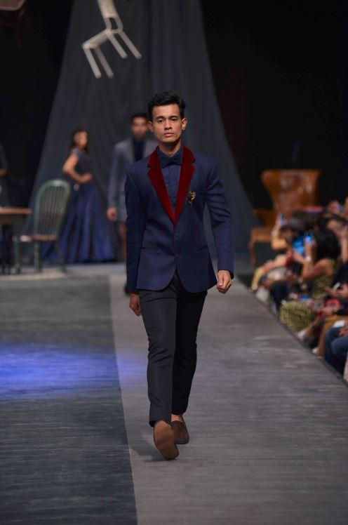 manish_malhotra_lakme_fashion_week_2015_winter_navy_suit_maroon_velvet_lapel_collar_menswear