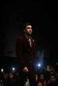 manish_malhotra_ranbir_kapoor_lakme_fashion_week_2015_winter_showstopper_velvet_crimson_suit_walking_ramp_menswear