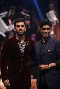 manish_malhotra_ranbir_kapoor_lakme_fashion_week_2015_winter_showstopper_velvet_maroon_suit_rose_brooch