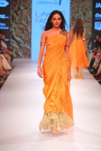 nikhil_thampi_payal_singhal_gold_saree_sequin_shimmer_mango_makeup_without_blouse