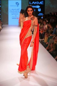 nikhil_thampi_payal_singhal_gold_saree_sequin_shimmer_red_makeup_shoes