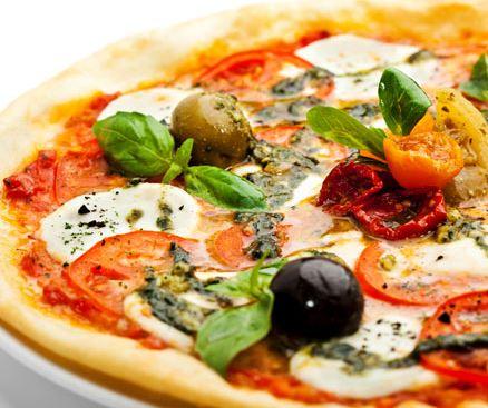 pizza_tomato_olives_sundried_basil_authentic_italian_food_rome_italy_budget_travel_tips_tourism