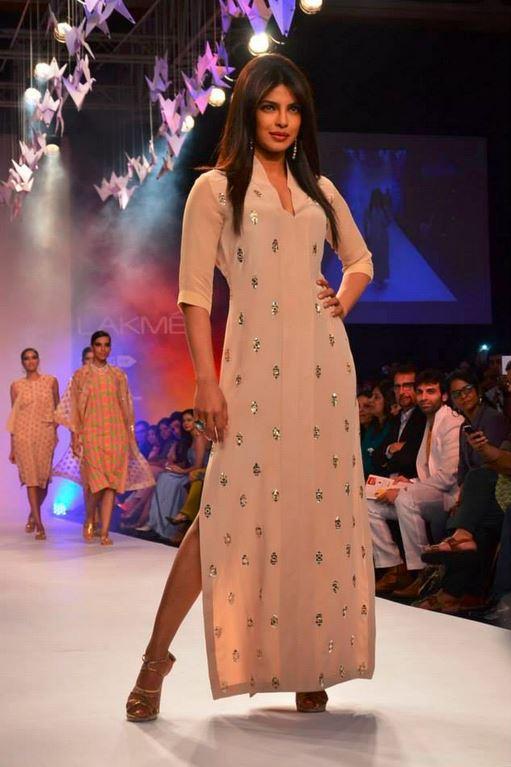 priyanka_chopra_neeta_lulla_ramp_showstopper_beige_cream_kurta_tunic_kaftan_sequin_2014_collection_lakme_fashion_week