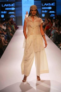 ritu_kumar_collection-2015_lakme_fashion_week_winter_banarasi_weaves_beige_sheer_white_dress_designer_model
