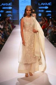 ritu_kumar_collection-2015_lakme_fashion_week_winter_banarasi_weaves_white_dress_designer_suit_sheer