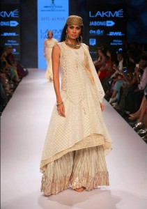 ritu_kumar_collection-2015_lakme_fashion_week_winter_banarasi_white_long_kurta_palazzo_pants