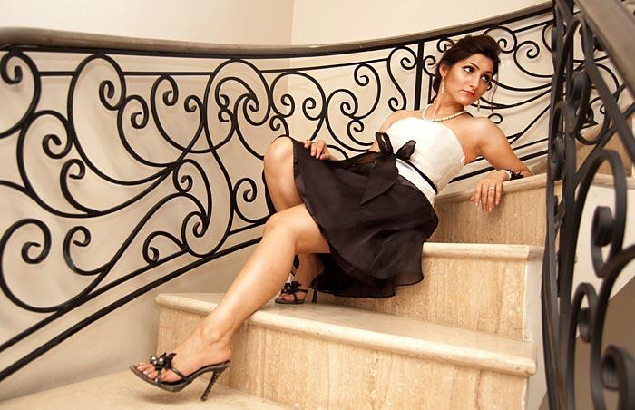 shilpa_ahuja_black_white_dress_staircase_photo_shoot_look