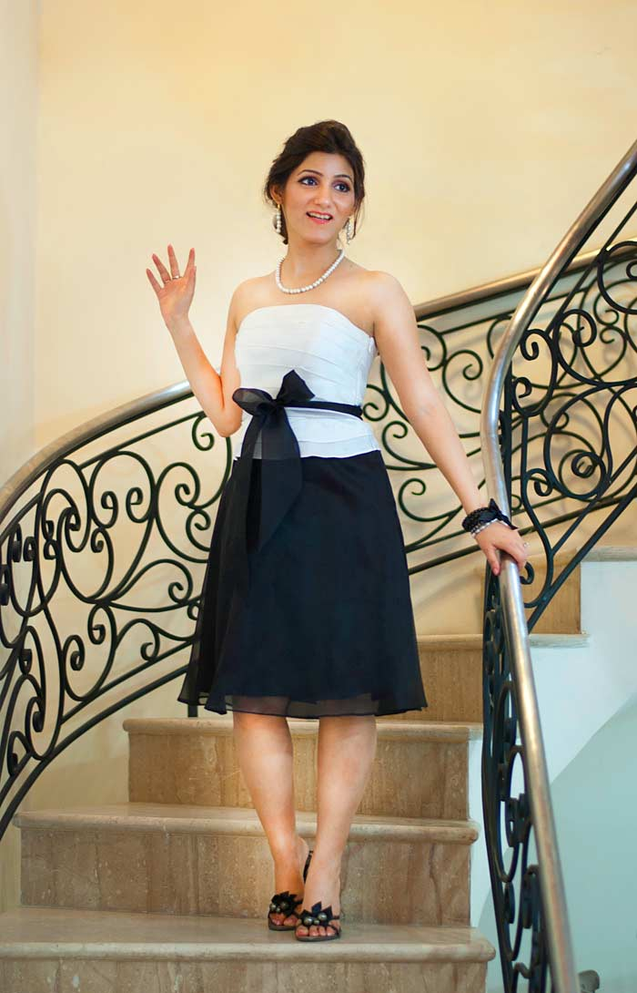 shilpa_ahuja_black_white_evening_designer_strapless_dress_staircase_photo_shoot_look_standing_stairs_model_smiling_3