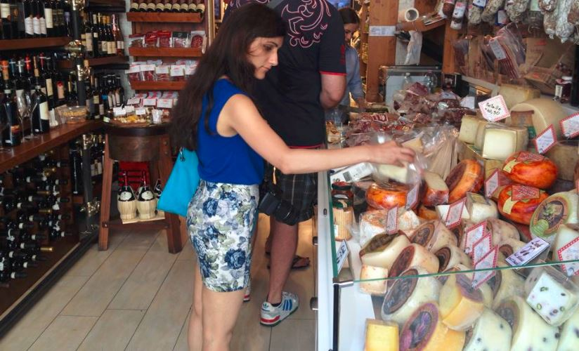 souvenir_ideas_cheese_local_grocery_store_wine_italian_food_italian_restaurant_in_rome_italy_travel_tips_tourism