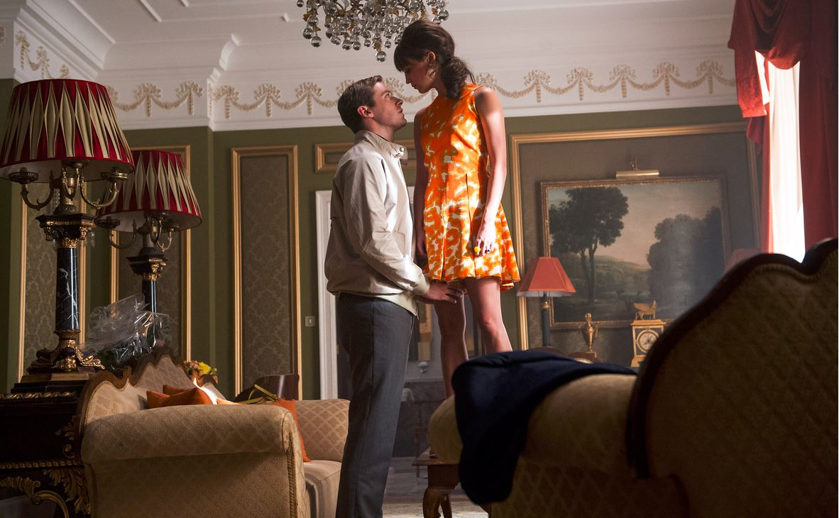 the_man_from_uncle_gaby_illya_orange_dress_hairstyle_shoty_romantic_hote_scene