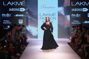 w_eyelyn_sharma_showstopper_vasundhara_2015_collection_lakme_fashion_week_winter_black_dress_necklace
