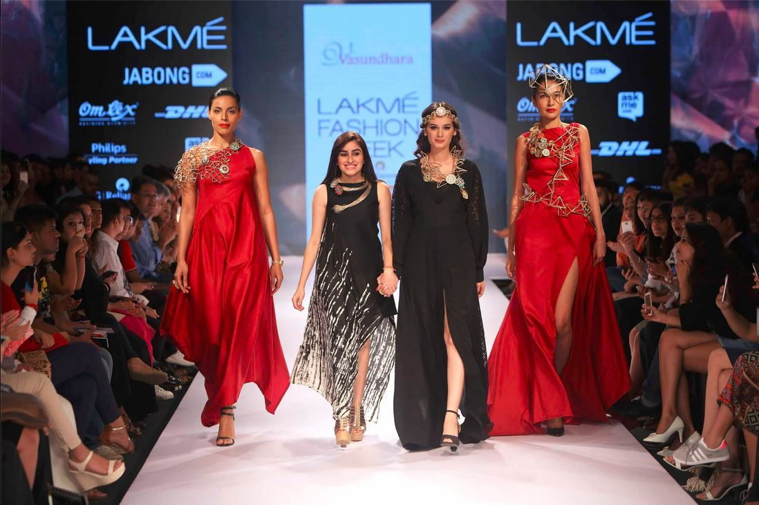 x_eyelyn_sharma_showstopper_vasundhara_2015_collection_lakme_fashion_week_black_red_dress