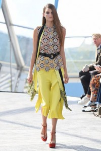 london-fashion-week-ready-to-wear-spring-summer-2016-best-looks-yellow-culottes-scarf-print-top