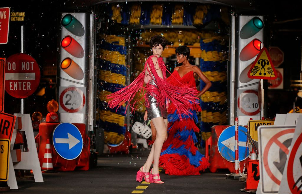 moschino-milan-fashion-week-show-spring-summer-2016-rtw-runway-construction-road-design