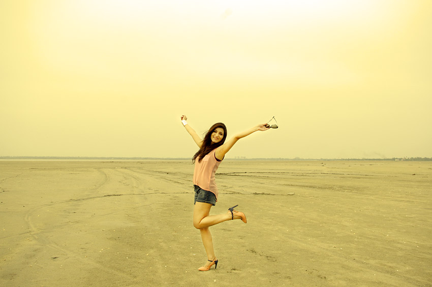 shilpa-ahuja-blog-fashion-girl-happy-sexy-having-fun-shorts-beach-yellow