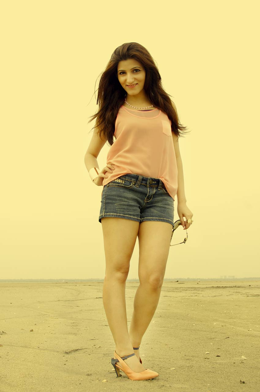 shilpa-ahuja-fashion-blog-sexy-pic-shorts-desert-fashion-