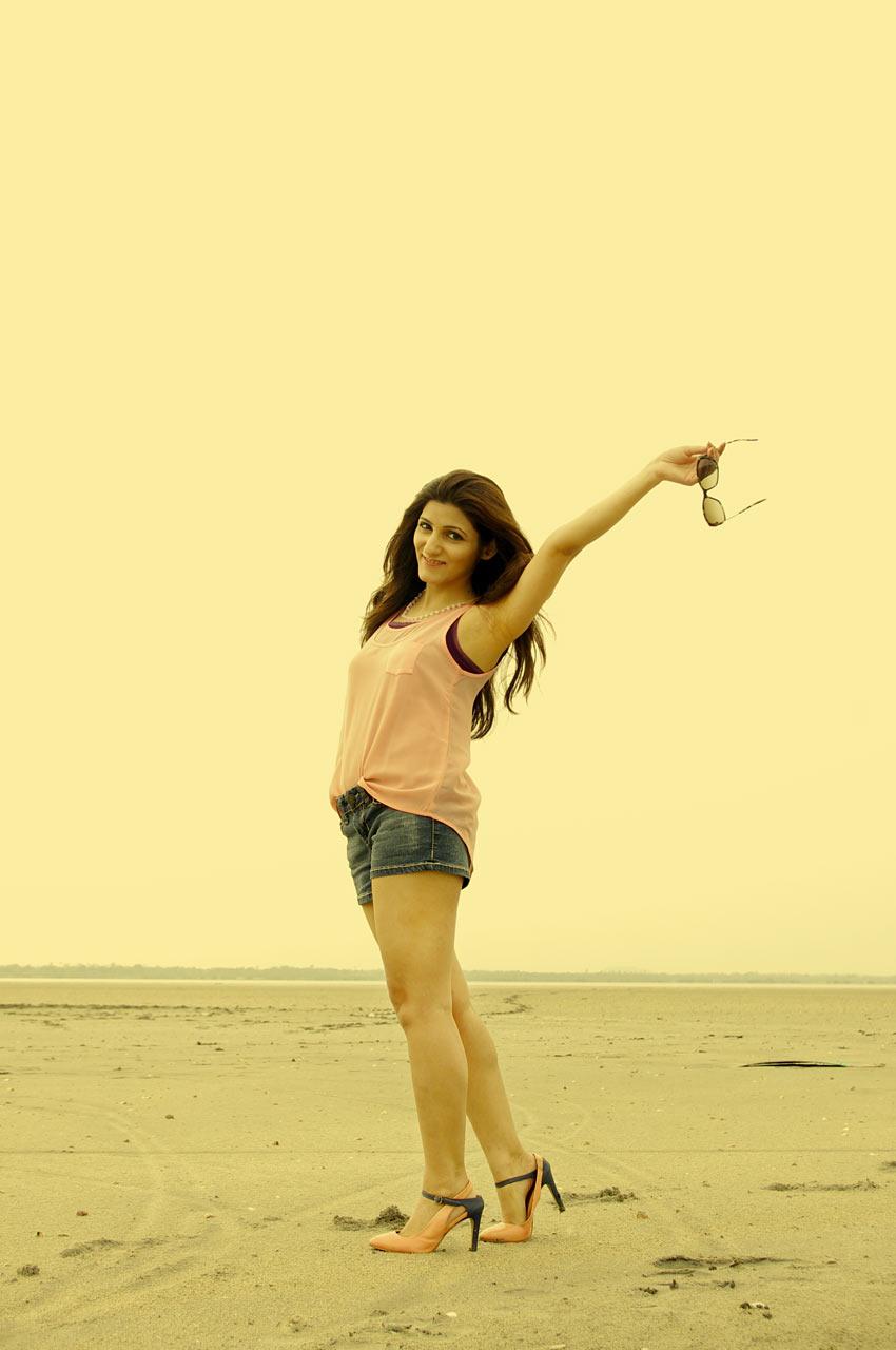 shilpa-ahuja-fashion-girl-happy-sexy-yellow-desert