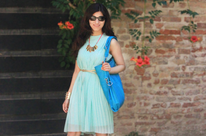 shilpa_ahuja_sky_blue_dress-bag_tote_hobo_travel_venice_look_fringe_necklace