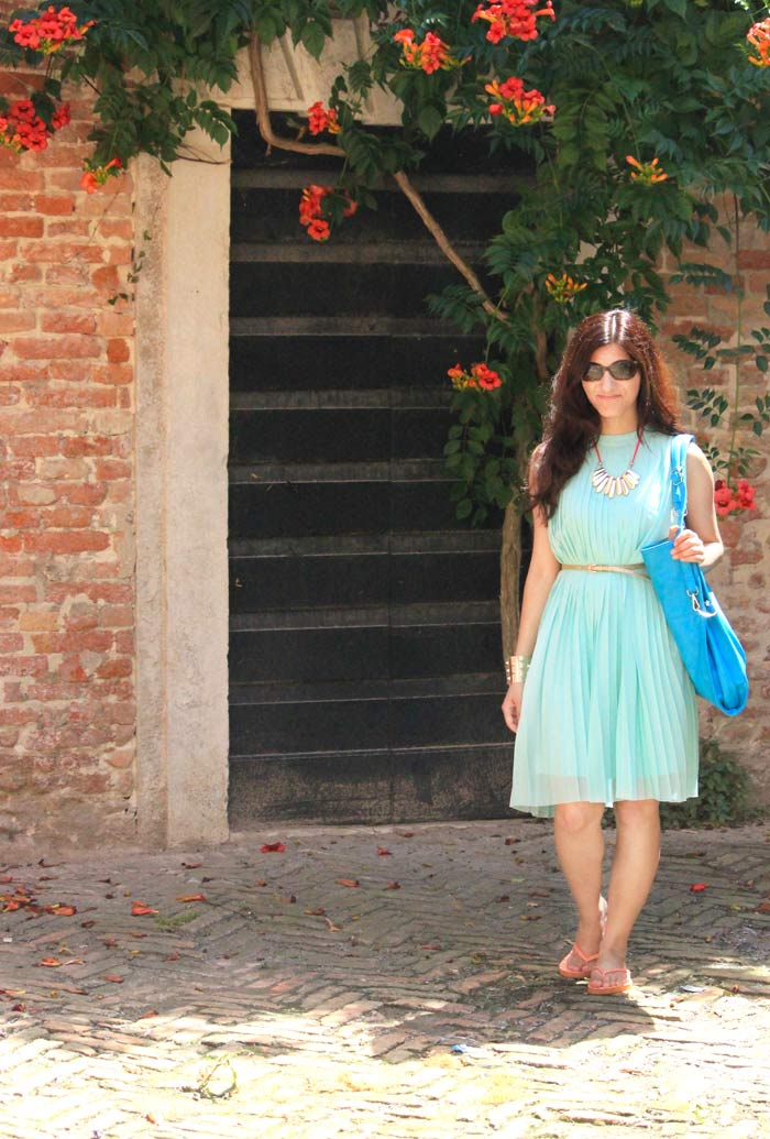 shilpa_ahuja_sky_blue_dress-bag_tote_hobo_travel_venice_look_gold_necklace