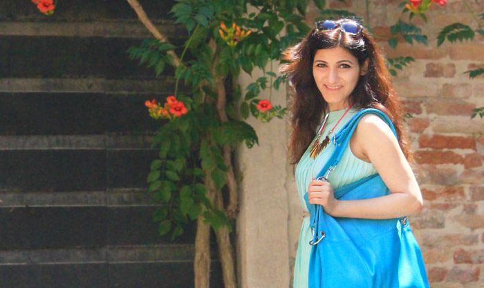 shilpa_ahuja_sky_blue_dress-bag_tote_hobo_travel_venice_look_gold_statement_necklace