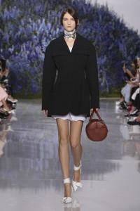 12-dior-spring-summer-2016-rtw-fashion-show-paris-week-black-overcoat-round-bag