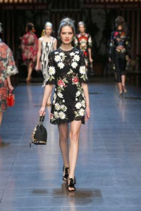 20-dolce-and-gabbana-spring-summer-2016-black-short-dress-lace-floral-bucket-bag