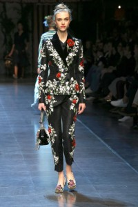 28-dolce-and-gabbana-spring-summer-2016-black-brocade-suit-floral-flower-feminine-beatiful