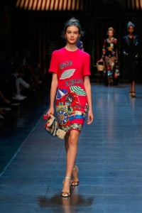 44-dolce-and-gabbana-spring-summer-2016-rtw-fashion-red-dress-italan-print-clutch
