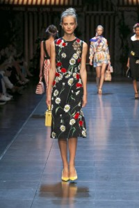 59-dolce-and-gabbana-spring-summer-2016-black-knee-length-dress-white-red-flowers-yellow-bag-pumps-shoes